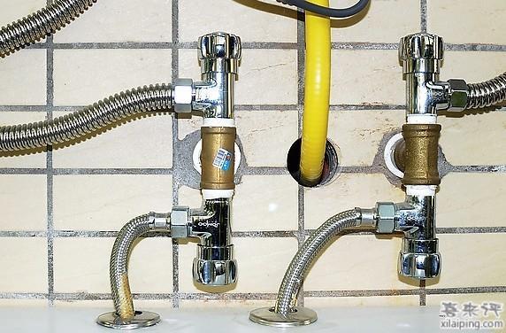 燃气热水器又称为燃气热水炉,它是用天然气、液化石油气等燃气作为燃料,通过燃烧加热的方式将能量正向传递给冷水,从而使水温增加的一种燃气用具。目前,热水器市场出现了燃气热水器与电热水器平分天下的局面,消费者选择也更加多样化,了解其中工作原理很重要。 工作原理  首先是在进气阀以及进水阀都己打开,电源接通的情况下,在打开热水阀,这时水进入热水器再经过水量传感器流向热交换器中的加热水管。 当水量传感器感受到水流经时,这时使得其内部磁性转子开始转动,位于水量传感器外部又紧临转子的霍尔集成元件发出电脉冲,送至控制电